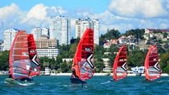 Чемпионат России в классе парусной доски IQF проходит в условиях ветрового минимума